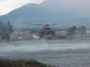 Video of firefighting helicopter refilling tanks in a lake